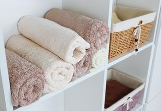 Decorating_towels_shelves_bathroom.jpg