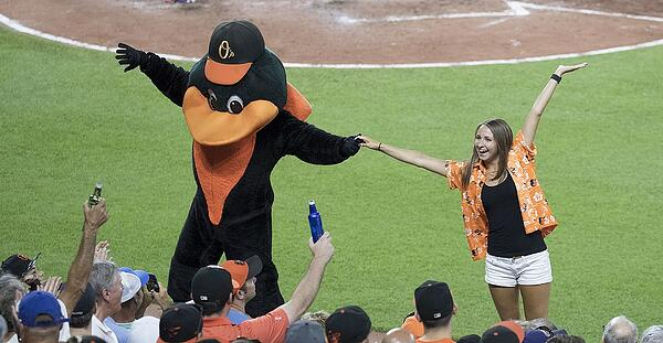 1024px-Baltimore_Orioles_Fan_and_the_Oriole_Bird_(35817598101)